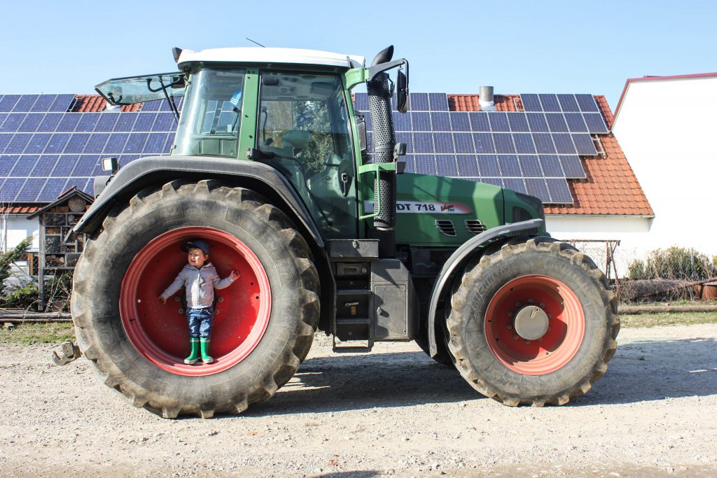 Kind-im-Traktor